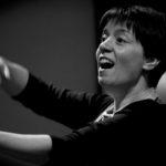 Heike Scholl-Braun als Chorleiterin